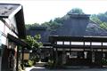 糸魚川から松本を結ぶ千国街道で、物流の要だった「千国口留番所」を復元。また、当時の塩蔵や民家を移築しており、千国の庄の暮らしぶりを見学することができます。
