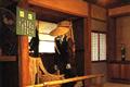 """通称""""塩の道""""と呼ばれる千国街道の歴史と、人々の暮らしを紹介する博物館です。江戸時代の庄屋で塩問屋を営んだ平林家の建物を利用した館内に、当時の牛方や歩荷の運搬道具、旅装や弁当箱、沿線住民の生活道具、古文書などが展示されています。流鏑馬会館は京都賀茂神社・鎌倉鶴岡八幡宮の流鏑馬とともに古き伝統を今に伝え、馬上の射手が少年という全国的にも珍しい、大町の夏の祭りに関する資料を一堂に展示してあります。"""