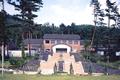 北アルプスを一望する高台に建つ池田町立美術館。本館、奥田郁太郎館、小島孝子記念美術館の3館に分かれて展示しています。