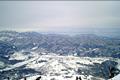 長野オリンピックアルペンスキー競技開催地で、国内最大級のスケールを誇るスキー場。3,000m級の北アルプスの山々を間近に望む壮大なゲレン デには、大きなコブが並んだコブ斜面や緩急に富んだロングコースといった名物コースの他にも多彩なコースがそろっています。ファミリーにはキッズゲレンデ や託児施設が設置された咲花(さっか)ゲレンデがおすすめです。