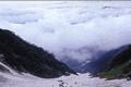 白馬大雪渓は夏でも長さおよそ1.5km、標高差600mにもおよぶ本州最大のスケール。天然の冷蔵庫と言われ、真夏でも半袖では寒いほど。雪が 解けはじめた所から春が顔を出し、初夏にはサンカヨウやキヌガサソウなどの花が目を楽しませてくれます。大雪渓から上部は白馬岳登山のメインルートで、本 格的な登山装備が必要です。
