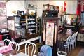 店内には喫茶スペースがあり、ドリンクとおやきの組み合わせでおやきセット・抹茶おやきセットがあります。お土産に冷凍おやきも販売しています。もちろんあつあつおやきも販売しています。
