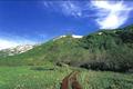 栂池自然園は本州の中央、長野県の北部、北アルプスの懐にたたずむ変化に富んだ湿原を持つ自然園です。 日本でも有数の高層湿原があり、様々な動植物を観察することができます。晴れた日には白馬連峰の大展望がすぐ目の前に展開されます。5月中旬は大 雪原の雄大な景色、6月中旬の水芭蕉の大群落、シラネアオイ、チングルマ、ニッコウキスゲの大群落、9月の湿原の草紅葉、10月初旬の見事な紅葉、紅葉が 終わったあとのダケカンバのつくる珍しい景色へと続いていきます。どうぞ、標高1900mの大自然を満喫してください。