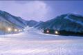 白馬沿線で最北端に位置し、積雪量は白馬エリアの中でも多く、しかも天然雪100%と雪質も申し分ありません。加えて、頂上から北アルプス後立山連峰や妙高を含む北信五岳を望むことができ、絶景が眺められます。