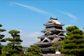 松本城は戦国時代の永正年間に造られた深志城が始まりで、現存する五重六階の天守の中で日本最古の国宝の城です。黒と白のコントラストがアルプスの山々に映えて見事な景観です。大天守と、泰平の世になって造られた辰巳附櫓・月見櫓のまとまりは「複合天守」と呼び、それぞれの時代を象徴しています。この連結複合式天守は松本城だけに見られる特徴的な構造です。