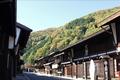 江戸時代、鳥居峠と権兵衛峠の峠越えをひかえた奈良井は、木曽十一宿中一番の賑わいをみせました。現在も千本格子や猿頭など、独特の工夫を凝らした家造りの街並みが時を超えて語りかけます。