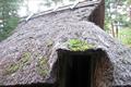 日本三大遺跡に数えられる大きな遺跡です。縄文時代から平安時代の長期間にわたる集落跡が見られる複合遺跡です。土器・石器など約2万点の出土品は隣接の平出博物館に展示されています。また日本一大きな珍しい奈良時代中期の瓦塔も展示されています。