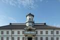 1873年(明治6)に開校した小学校です。松本藩の藩校を源流に、教育に力を注いだ筑摩県権令(現在の知事職)の永山盛輝が計画。1876年 (明治9)、棟梁の立石清重(たていしせいじゅう)によって建築されました。瓦葺きの木造2階建ての建物は、白い漆喰の外壁と唐破風造の玄関の上に八角形 の望楼を載せた擬洋風建築。窓には舶来ガラスをふんだんに使用し、「ギヤマン学校」と呼ばれました。1963年(昭和38)、現在地に本館を移築。新築当 時の姿に復元され、館内では当時の写真や授業用の掛図、教科書などが見られます。