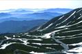 乗鞍高原から乗鞍岳畳平へ向かう県道乗鞍岳線をいいます。日本最高標高地点を通る一般車道で雪の壁、雲海のパノラマや紅葉などが特に素晴らしいです。頂上付近にある国立天文台太陽観測所 乗鞍コロナ観測所も有名です。