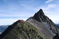 標高3000メートル級の槍・穂高連峰一帯は、日本を代表する登山エリアです。ダイナミックな姿が日本のマッターホルンと称される槍ヶ岳。穂高岳は、奥穂高岳を主峰に、北穂高岳、前穂高岳、西穂高岳からなる連峰です。多くの登山家が頂上を目指し、いくつものドラマが刻まれました。雲上の別世界へ、夏山シーズンには行列の賑わいをみせます。
