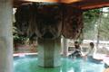 赤松林の香りに包まれながら、美術館巡り・温泉巡りができます。 温泉は中房渓谷・有明温泉からの引き湯で、泉質はアルカリ単純温泉。無色透明でとても滑らかな肌触りが特徴です。農作業の疲れや痛みを和らげるのに一番-と、昔から地元の人たちも通う温泉です。