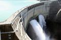 7年の歳月と、延べ1,000万人の努力により、昭和38年に完成しました。日本最大、世界でも最大級のアーチ式ドーム越流型ダム。ダム高さ 186mとともに、その迫力あふれる観光放水は必見(放水期間/6月26日~10月15日。)アルペンルートを渡るアルプスへの架け橋として、堤頂から眺 望しながら通ることができます。