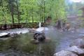 槍ヶ岳に源を発する高瀬川と高瀬渓谷に抱かれた葛温泉。約300年前に開かれたこの温泉は、湯量も豊富で、山菜やイワナなどの味覚も存分に楽しめます。せせらぎの音を聞きながら露天風呂にひたっての湯治気分は格別です。